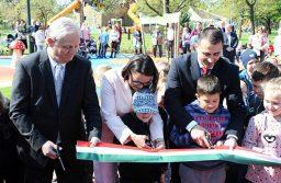 Tarlós István főpolgármester (b), Novák Katalin államtitkár (k) és Borbély Lénárd polgármester (j) átvágják a nemzeti színű szalagot a csepeli Rákóczi kert – a Családok parkja avatásán